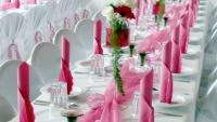weisser-tisch-rosa-deko
